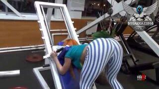 Wkręcili dziewczynę na siłowni, żeby popatrzeć na jej tyłek