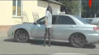 Dziewczyna przyglądała się swojej bieliźnie w szybie samochodu