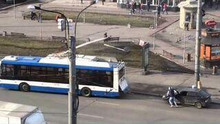 Odpalanie samochodu na hol przy pomocy trolejbusu