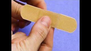 Jak przykleić plaster na skaleczony palec