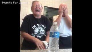 Babcia pokazuje magiczną sztuczkę dziadkowi