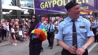 Szwedzka policja przyłącza się do gejowskiej parady w Sztokholmie