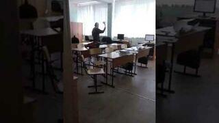 Kapłan konsekruje komputery w szkole