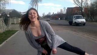 Dziewczyna tańcząc przy drodze spowodowała wypadek. Motocyklista omal nie zginął