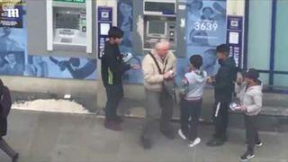 Emeryt przegania dziecięcy gang złodziei przy paryskim bankomacie