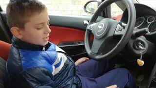Ociec uczy syna jazdy samochodem. Wjechali w dom!