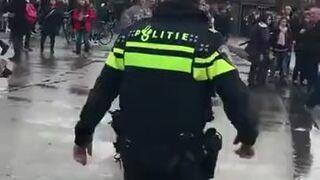 Czworo policjantów nie dawało mu rady. Pomógł dopiero pies!