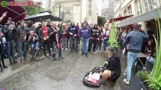 Uliczny grajek zasypany pieniędzmi przez kibiców Ajaxu