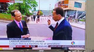 Dziennikarz BBC przepędza kobietę z kadru