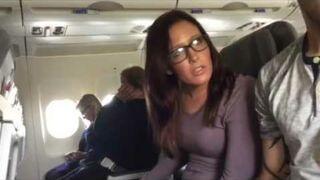 Dziewczyna pierwszy raz leci samolotem. Zobacz jej reakcję!