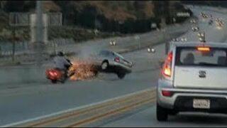 Motocyklista kopnął w samochód i spowodował poważny wypadek