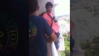Kupił sobie spadochron w internecie i skoczył z balkonu