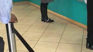 Kobiecie spadły majtki, gdy wypłacała pieniądze z bankomatu