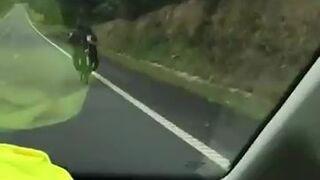 Polska zakonnica pędzi na rowerze z górki w Hiszpanii