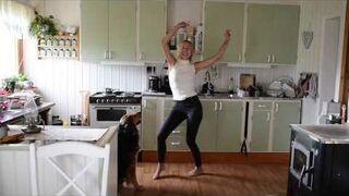 Urocza szwedka tańczy w kuchni