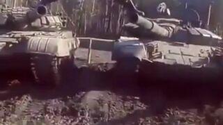 Żołnierz robi szpagat na lufach czołgu (The Epic Split feat)