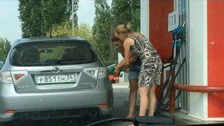Dwie Rosjanki tankują samochód na stacji