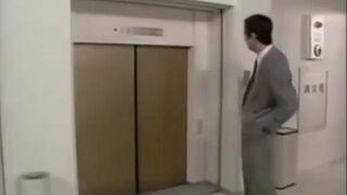 Żarcik z drzwiami do windy