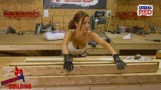 Ładna dziewczyna buduje ławkę