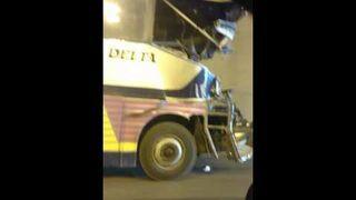 Wyluzowany kierowca jedzie rozbitym autobusem