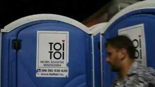 Ukryte przejście przez Toi-Toi na festiwalu do sekretnego klubu