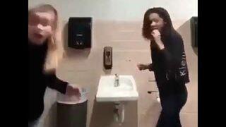 Dwie głupie laski na umywalkach w łazience