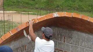 Układanie sklepienia z cegieł