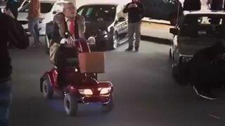 Wyluzowany dziadek na wózku na zlocie samochodowym