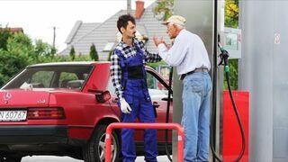 Wkręcanie ludzi na stacji benzynowej