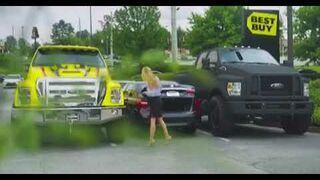 Chcieli ukarać blondynkę za złe parkowanie