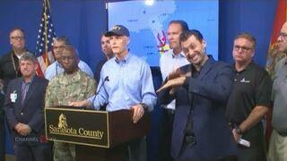 Konferencja gubernatora Florydy i tłumacz języka migowego