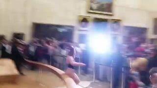 """Roznegliżowana kobieta przed obrazem Mona Lizy. Ludzie krzyczeli """"Mona Liza"""""""