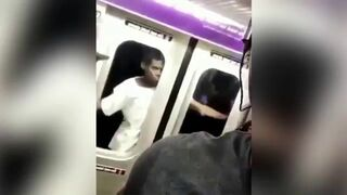 Jazda na zewnątrz wagonu w nowojorskim metrze