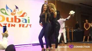 Zmysłowy taniec dwóch pięknych dziewczyn