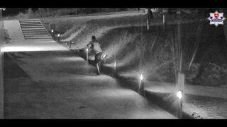 Wandal z  Lublina niszczy oświetlenie przy chodniku