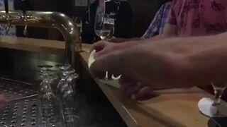 Magiczna sztuczka ze ściereczka w barze. Barmanka przecierała oczy ze zdumienia