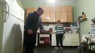 Żona ukarała męża za grę w piłkę, w kuchni