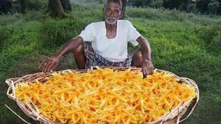 Dziadek robi na ognisku frytki dla osieroconych dzieci w Indii