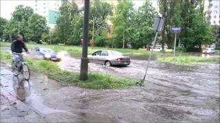 Z otwartym oknem przez wielką wodę na drodze (Łódź, Bałty)