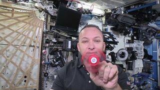 Zabawa spinnerem na stacji kosmicznej