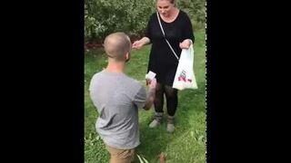Oświadczył się jej w sadzie. Dostał jabłkiem w głowę