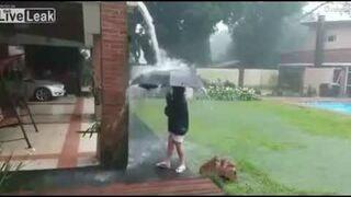 Piorun uderzył tuż obok chłopca z parasolem
