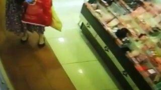 Kobieta perfumuje się w supermarkecie