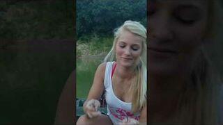 Blondynka na rybach zakłada przynętę na haczyk