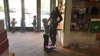 Chłopiec rozbiera manekina w sklepie