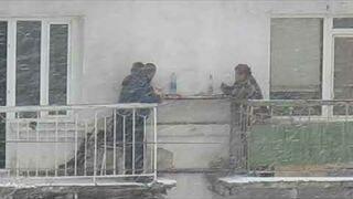 Sąsiedzka popijawa pomiędzy balkonami w Rosji