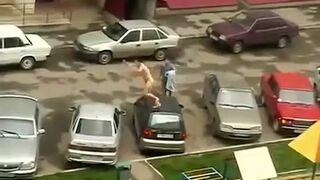 Super Mario na golasa skacze po samochodach. Rosja