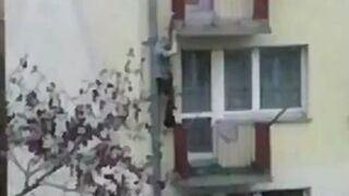 Żona zamknęła go w domu. Uciekał przez balkon na picie i spadł