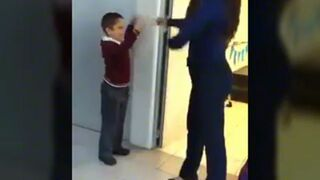 Dwa typy nauczycieli którzy witają się z uczniami w szkole