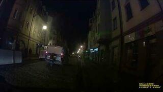 Pasażer na gapę podróżuje uczepiony za policyjnym radiowozem. Stare Miasto w Głogowie